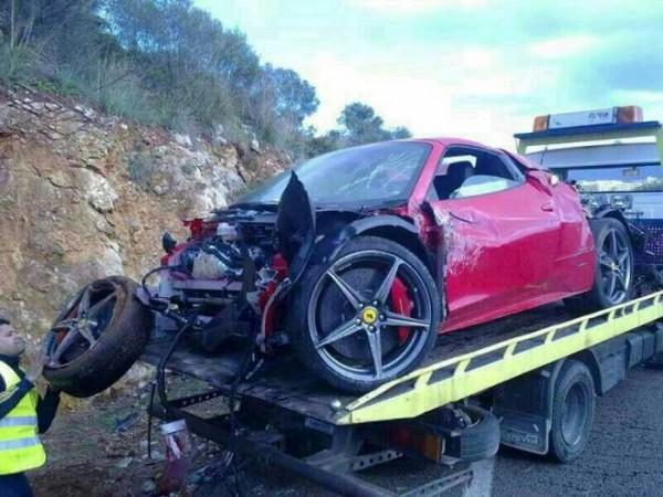 高級スポーツカー事故で大破 (1)