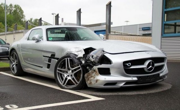 高級スポーツカー事故で大破 (11)
