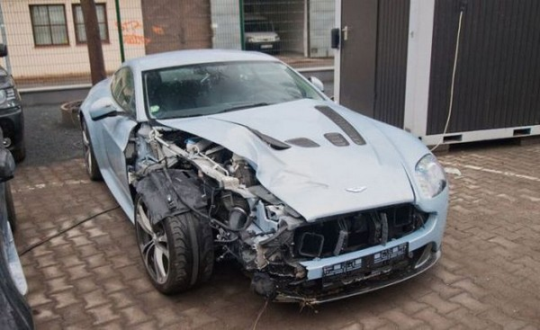 高級スポーツカー事故で大破 (13)