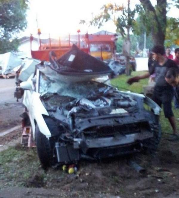 高級スポーツカー事故で大破 (15)