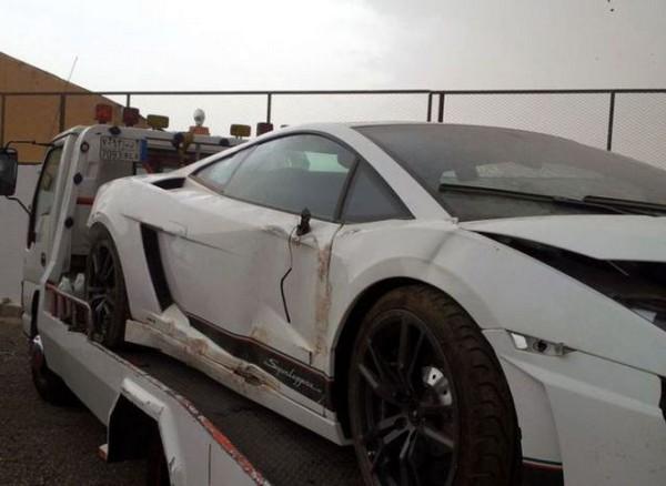 高級スポーツカー事故で大破 (17)