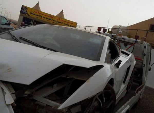 高級スポーツカー事故で大破 (18)