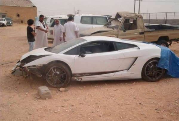 高級スポーツカー事故で大破 (19)