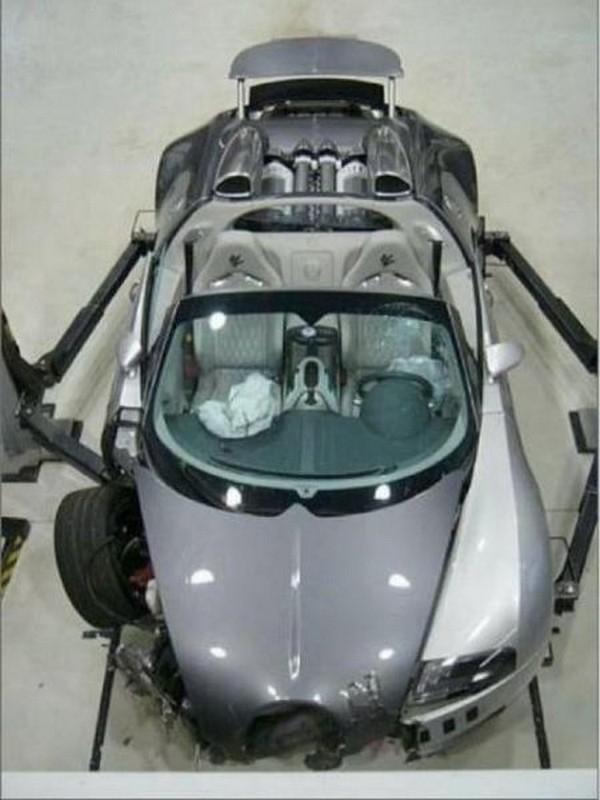 高級スポーツカー事故で大破 (2)