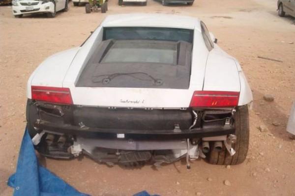 高級スポーツカー事故で大破 (20)