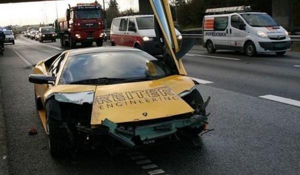 高級スポーツカー事故で大破 (23)