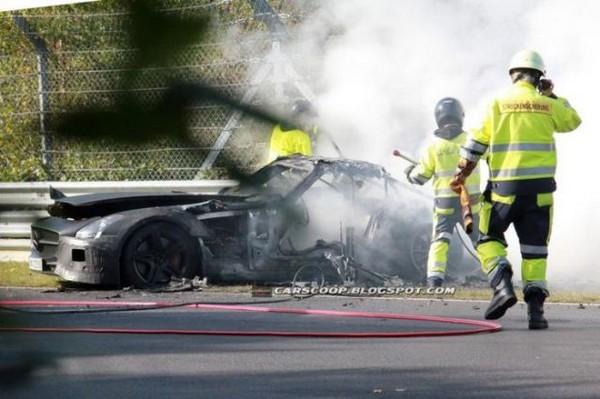 高級スポーツカー事故で大破 (25)