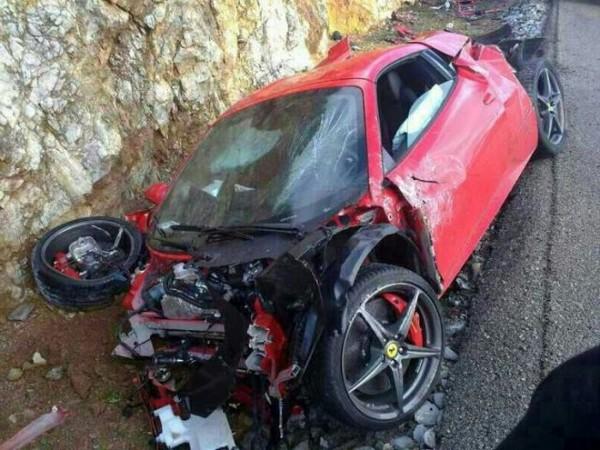 高級スポーツカー事故で大破 (31)