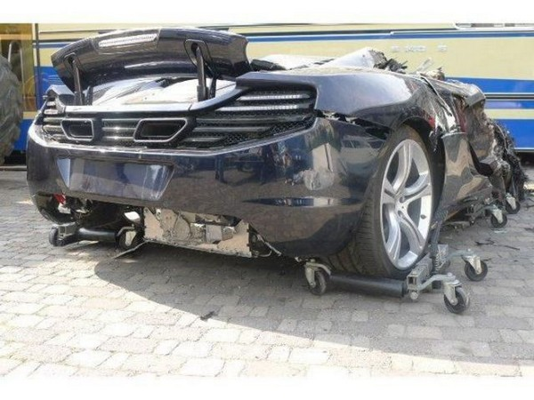 高級スポーツカー事故で大破 (38)