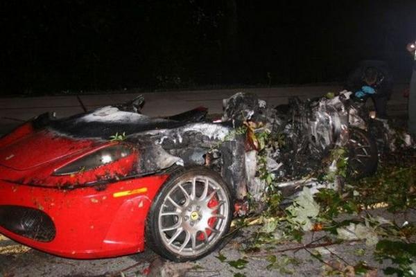 高級スポーツカー事故で大破 (5)
