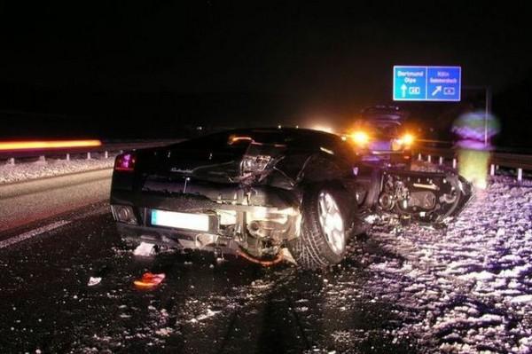 高級スポーツカー事故で大破 (6)