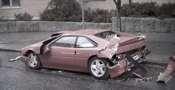 高級スポーツカー事故で大破 (8)