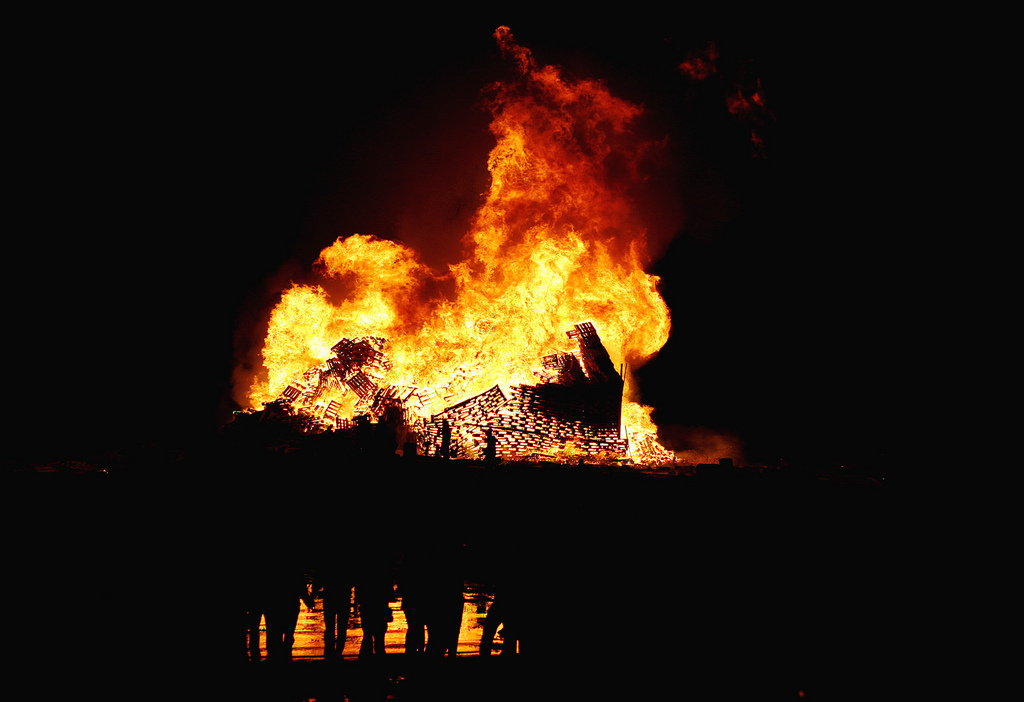 worlds-biggest-bonfire-alesund-norway-sankthans-slinningsbalet-midsummer (10)