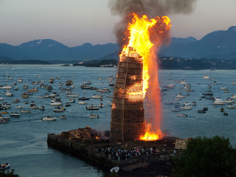 worlds-biggest-bonfire-alesund-norway-sankthans-slinningsbalet-midsummer (5)