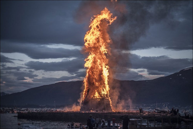 worlds-biggest-bonfire-alesund-norway-sankthans-slinningsbalet-midsummer (6)