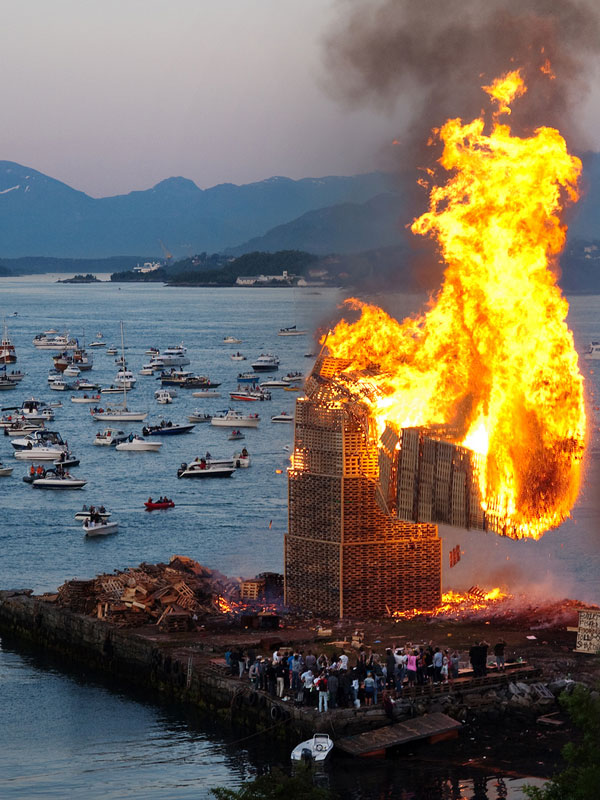 worlds-biggest-bonfire-alesund-norway-sankthans-slinningsbalet-midsummer (7)