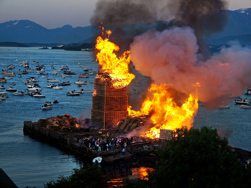 worlds-biggest-bonfire-alesund-norway-sankthans-slinningsbalet-midsummer (8)