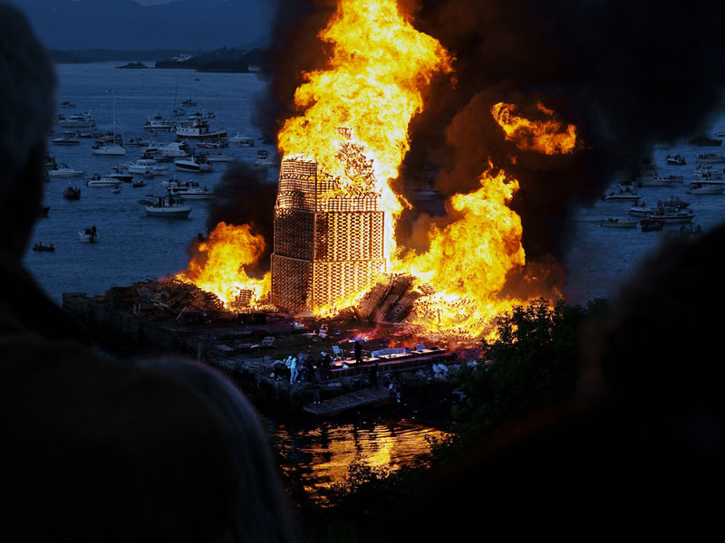 worlds-biggest-bonfire-alesund-norway-sankthans-slinningsbalet-midsummer (9)