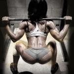 クロスフィットの女性の健康的で美しい身体!