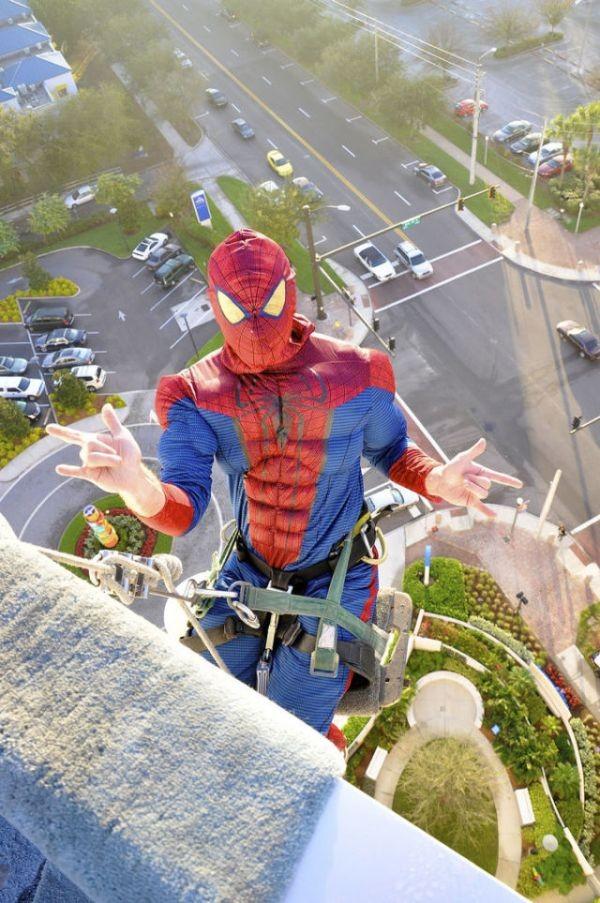 スパイダーマンが高層ビルの窓ふき?